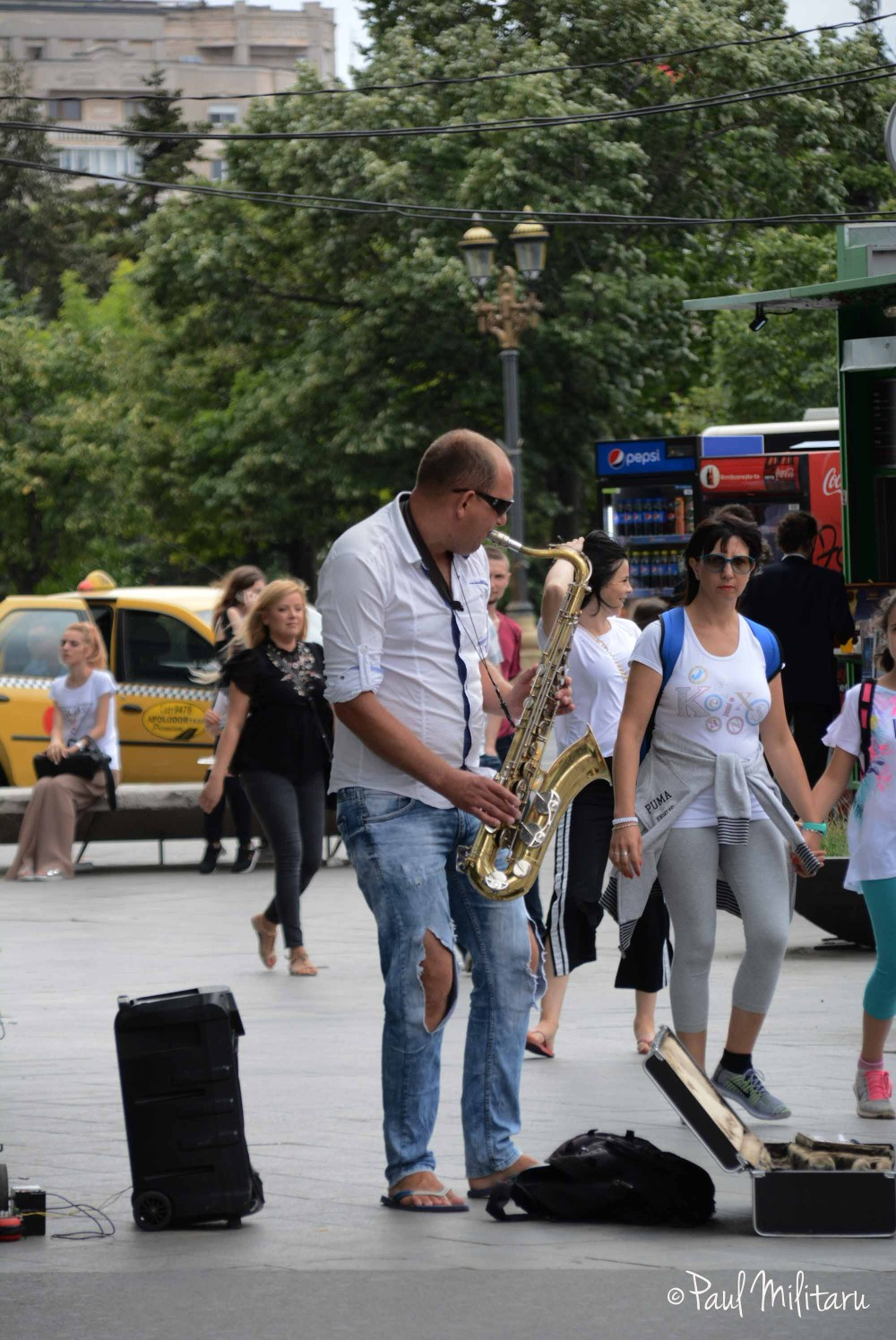 singing at sax on the street